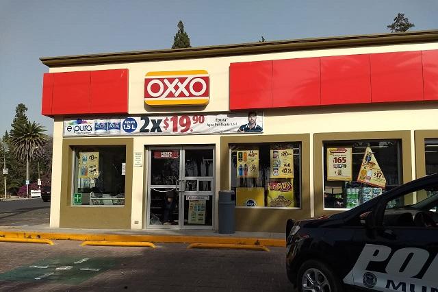 Ladrón ataca con mercancía a policías en Oxxo de La Calera