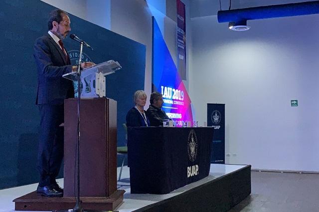 Inaugura Esparza conferencia de la AIU en la BUAP