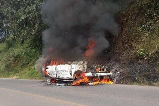 Queman camioneta de presuntos ladrones en Zacapoaxtla