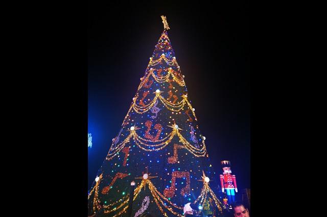 Arranca BUAP festejos navideños con el encendido del árbol