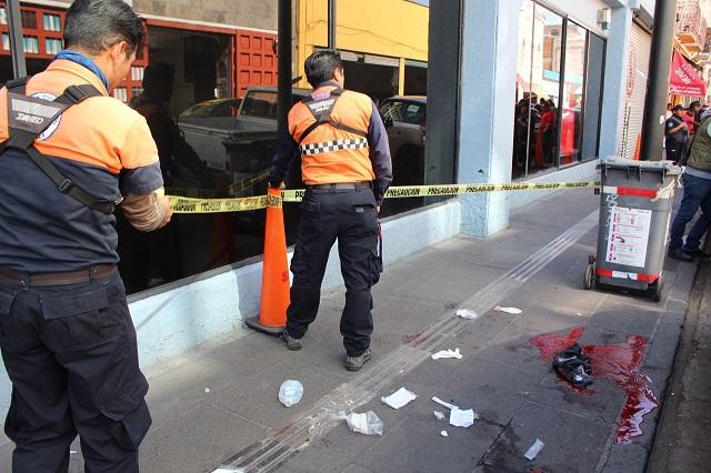 Empleada se arroja de azotea de Sears en centro de Puebla