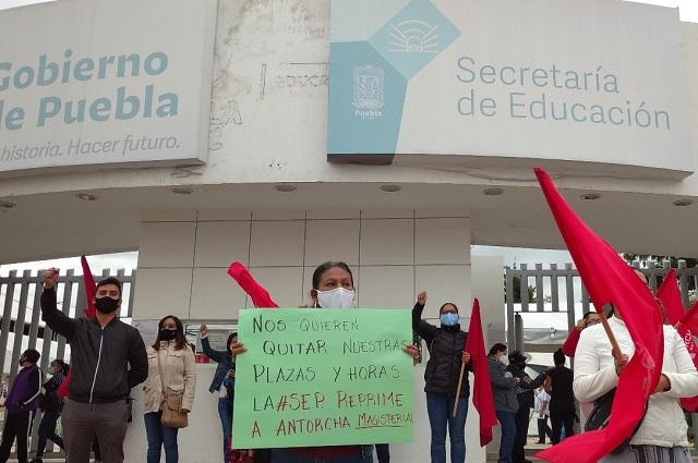 Maestros antorchistas exigen ser recontratados en Puebla
