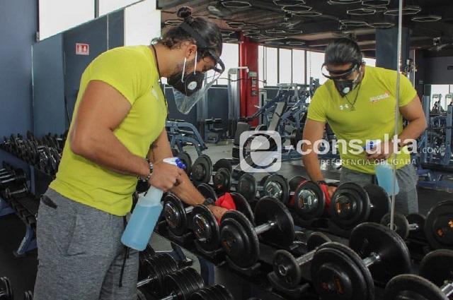 Hasta los usuarios le entran a la limpieza en gimnasios de Puebla