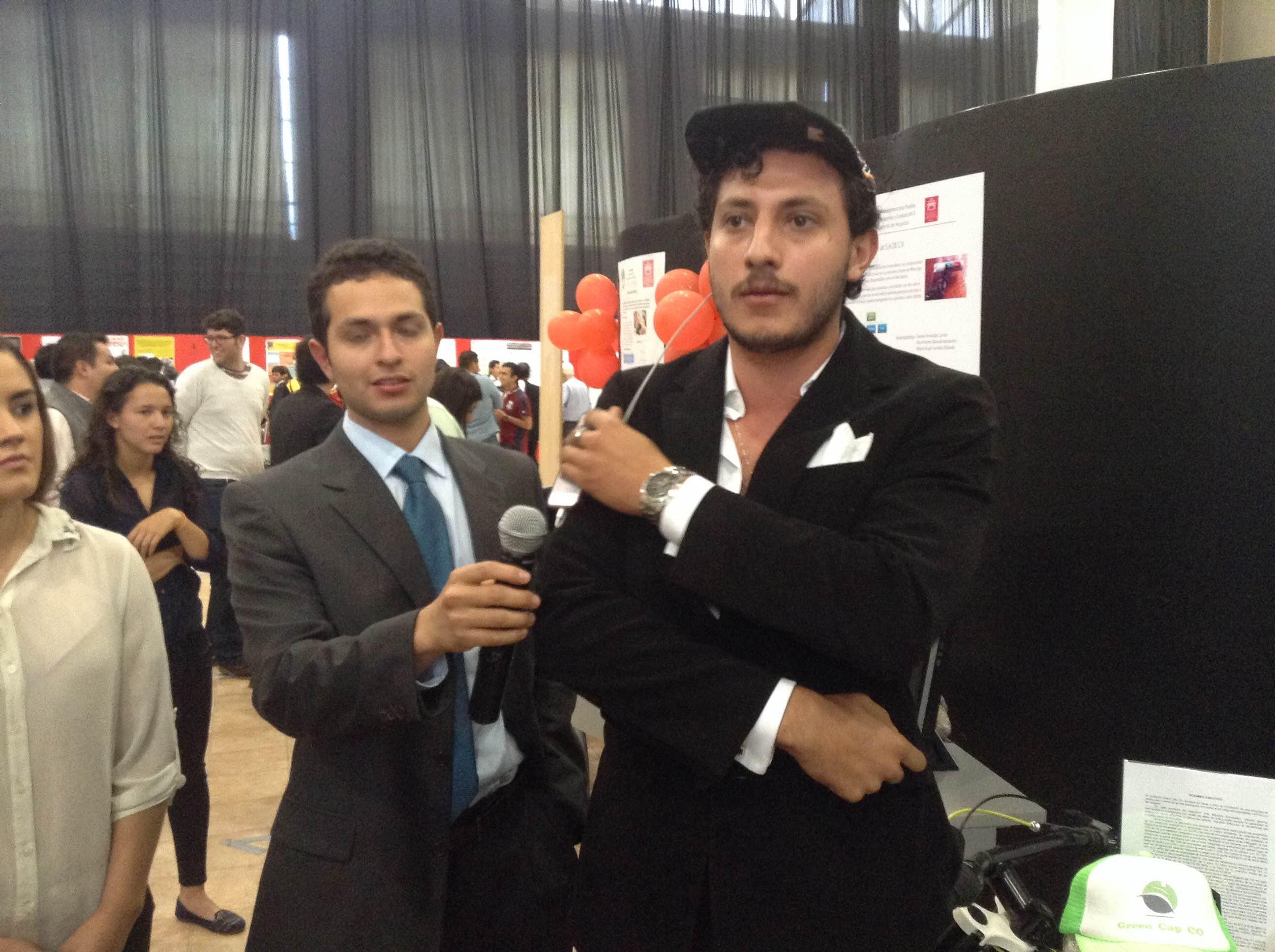 Crean gorra que transforma energía para recargar móviles