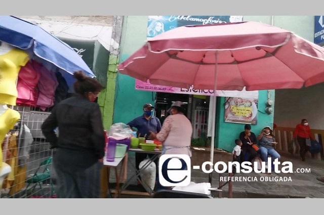 Micheladas y vestidos de fiesta ya venden ambulantes en Puebla