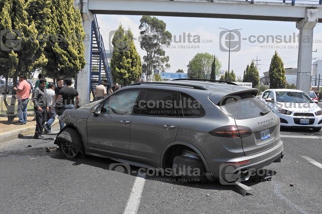 Jóvenes destrozan su Porsche en plena Recta a Cholula