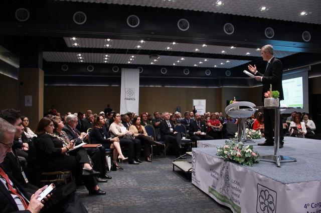 En las aulas se juega el futuro, dice Baños Ardavín en congreso FIMPES