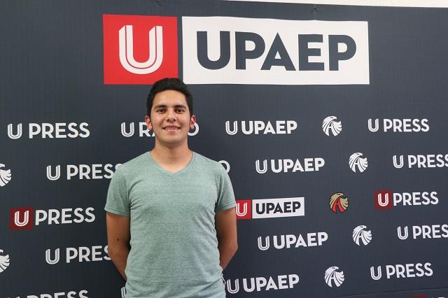 Alumno UPAEP revisa trayecto del nanosatélite espacial