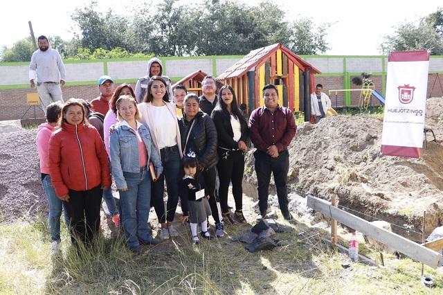 Angélica Alvarado coloca primera piedra de aula en preescolar