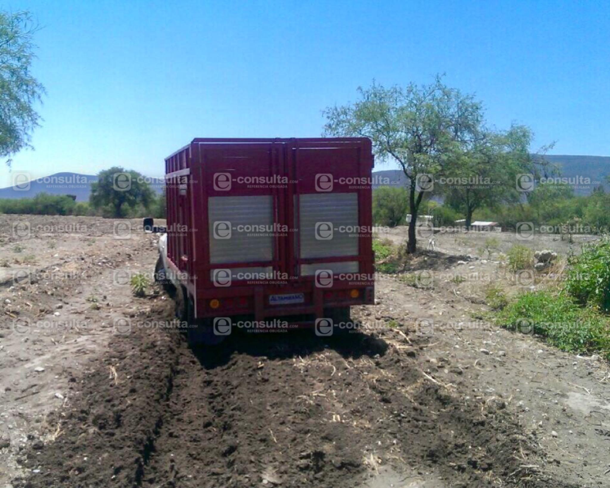 Abandonan camioneta con 6 mil litros de huachicol en terrenos de Tehuacán