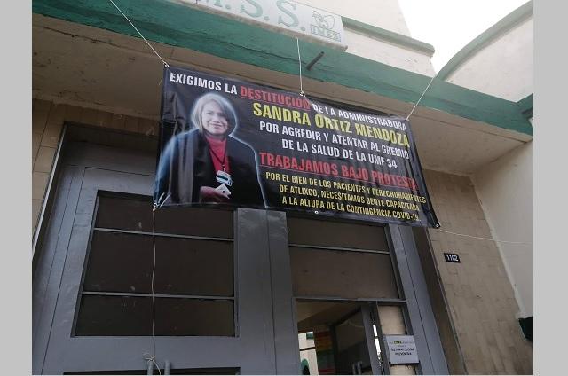 Empleados de IMSS en Atlixco rechazan a nueva administradora