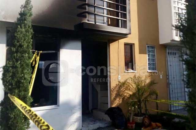 Con huachicol quema casa de su pareja en Bosques de San Sebastián