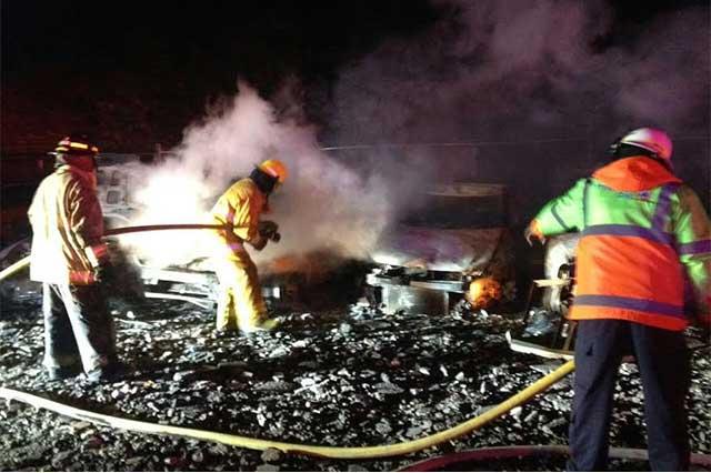 Se calcinan 16 vehículos por incendio en corralón