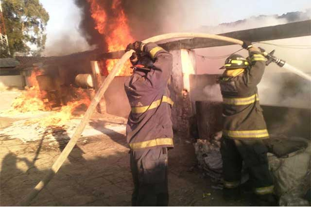 Bomberos sofocan incendio en fábrica textil de Huejotzingo