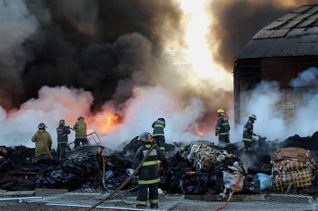 Aparatoso incendio consume bodega en San Jerónimo Caleras