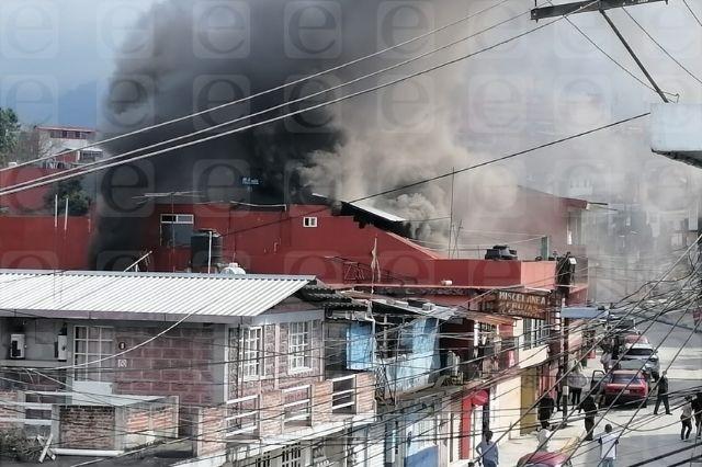 Veladora provoca incendio en casa de Teziutlán