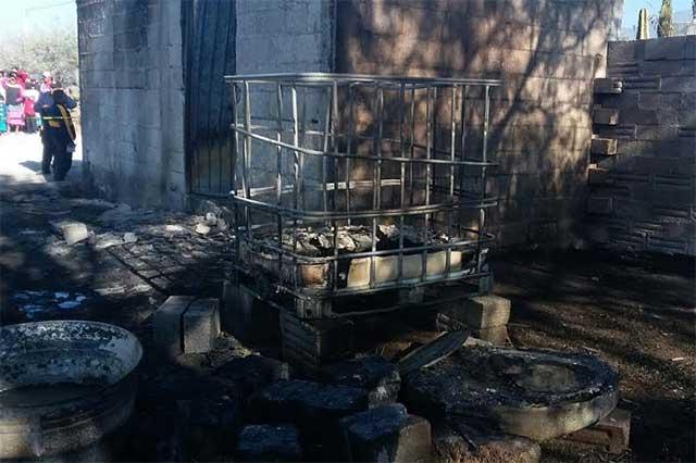 Explota depósito clandestino de combustible robado, en Tlacotepec
