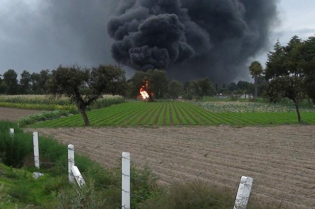 Incendio de toma clandestina en Quecholac lleva más de 19 horas
