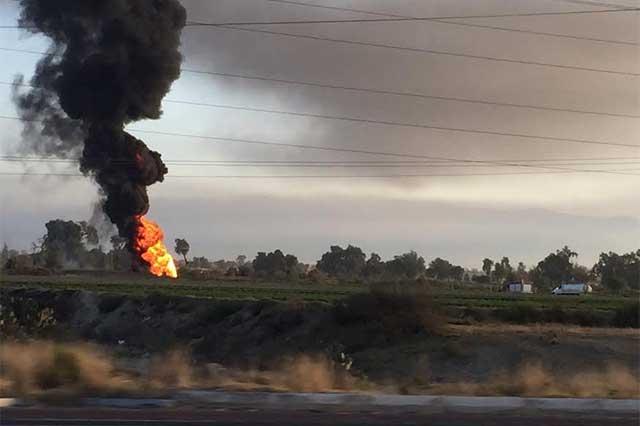 Combaten incendio en toma clandestina en Acatzingo