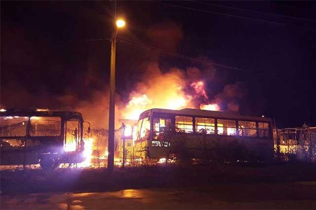 Incendio deja 47 autobuses destruidos en Tabasco