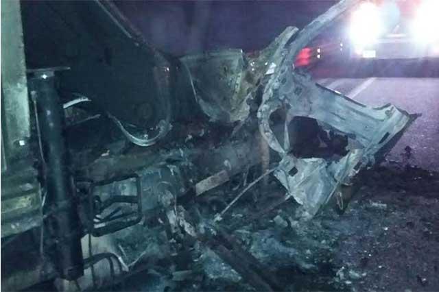 Incendio consume 67 vehículos en un corralón de Atlixco