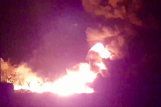 Arden dos camionetas por  explosión  de tomas clandestinas en Tepeaca