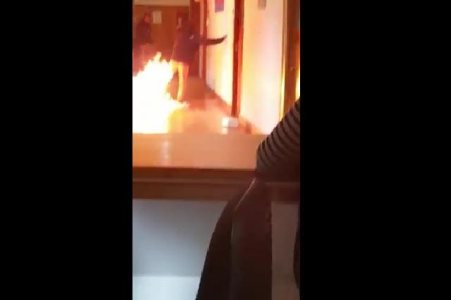 Video viral: Joven intenta incendiar oficina porque no le renovaron contrato