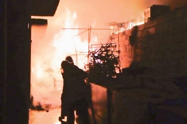 Incendio consume tres locales del mercado La Acocota