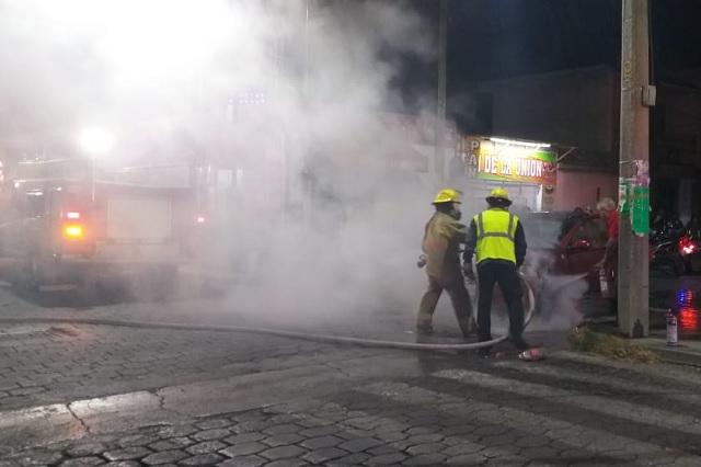 Se incendia vehículo a una cuadra del centro de Tehuacán