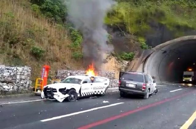 Se incendia patrulla tras choque en la autopista México-Tuxpan
