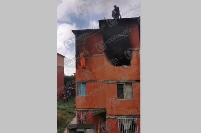 Se incendia departamento en unidad habitacional de Teziutlán