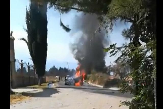 Se incendia vehículo tras persecución en Chiautzingo y Texmelucan
