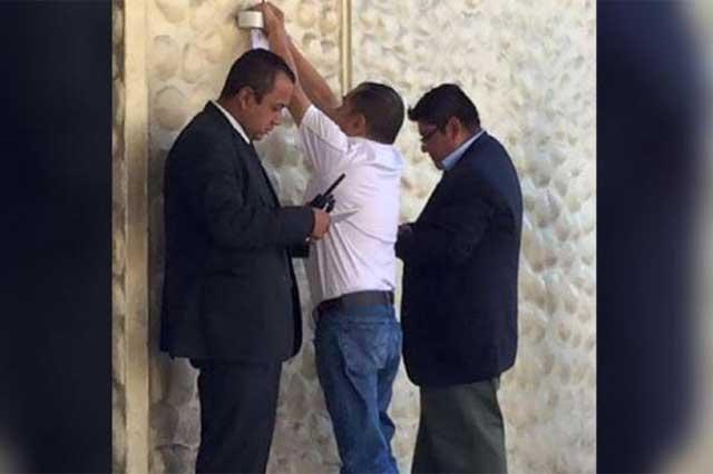El INE pega en los muros de Televisa citatorio para López Dóriga