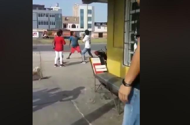 VIDEO: Hombre sorprende su esposa con amante y le destroza la ropa