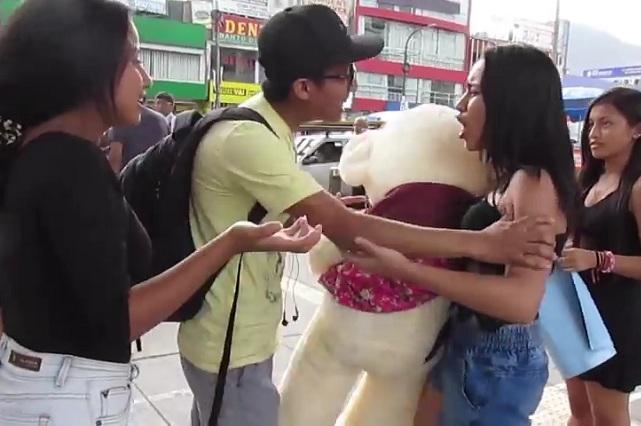 Chica busca sorprender a su novio en San Valentín y lo encuentra con otra