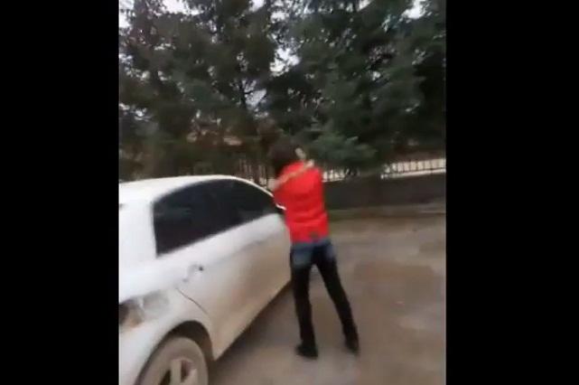 Mujer le cobra infidelidad a su esposo golpeando su auto con un mazo