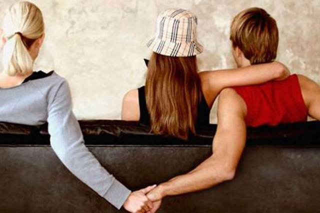 Ofrecen falsos amantes a hombres y mujeres para probar si su pareja es fiel