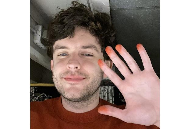 Influencer se tatúa los dedos de naranja para que Cheetos le regale dotaciones