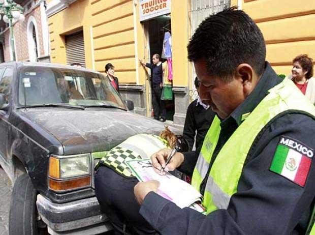 Levantan 2 multas diarias por manejar  auto hablando por teléfono
