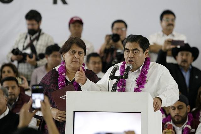 Luis Miguel Barbosa desata las críticas y burlas con imagen de campaña