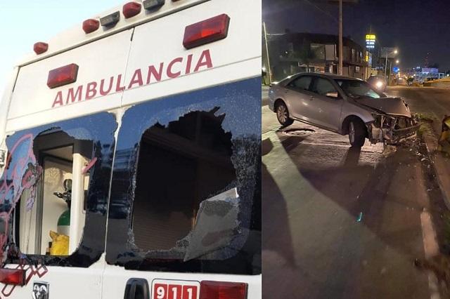 Causa destrozos en ambulancia que lo llevaba al hospital