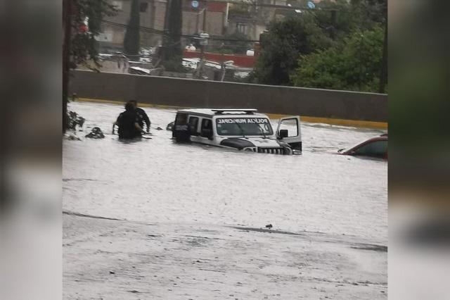 Ni las patrullas se salvan de las torrenciales lluvias en Puebla