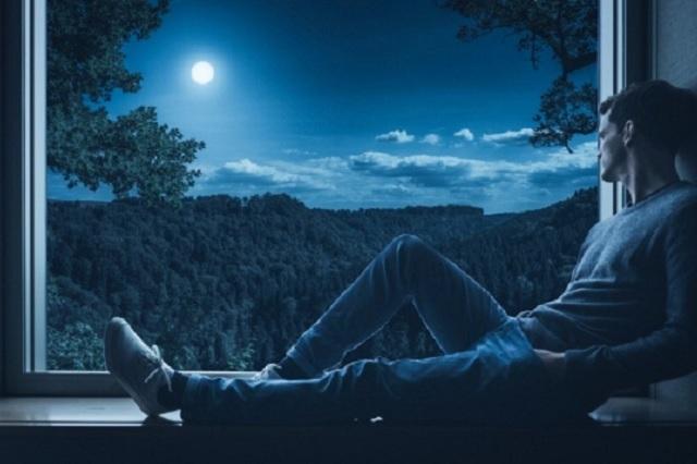 ¿Sientes que duermes menos esta cuarentena? Te explicamos por qué