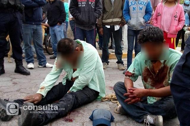 Vecinos amagan con linchar por robo a dos hermanos en Acajete
