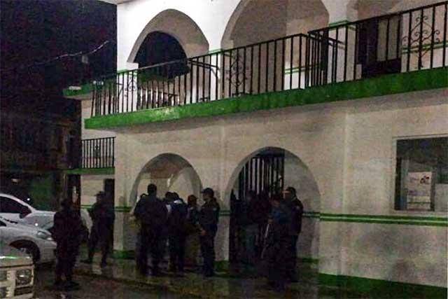 Se salvan de ser linchados 2 ladrones de autos en Felipe Ángeles