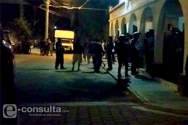 Policías evitan linchamiento de dos jóvenes en Tehuacán