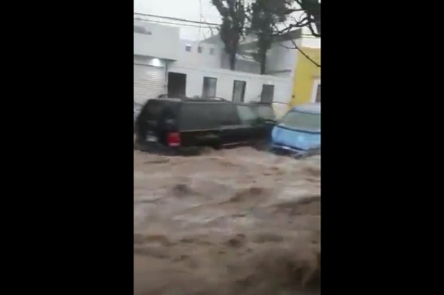 VIDEO: Agua arrastra autos tras intensa lluvia en SLP