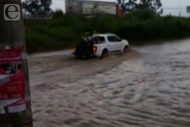 Se inundan calles de Coronango tras fuerte lluvia