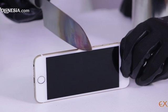 Prueban resistencia de un iPhone con un cuchillo incandescente