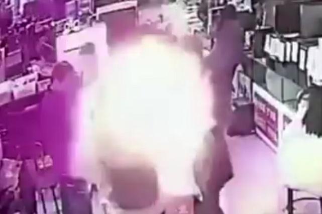 Mordió la batería de iPhone y le explota… se salvó de milagro